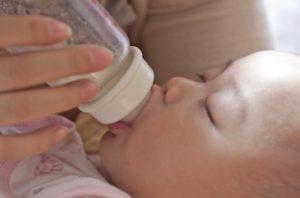 शिशु को बोतल से दूध